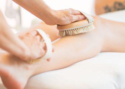 Bürsten Massage am Bein